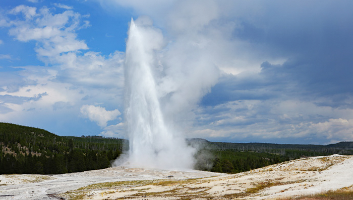 a picture of old faithful geyser as it errupts